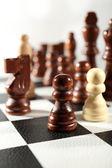 Tablero de ajedrez con piezas de ajedrez aislado en blanco — Foto de Stock