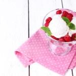 cremoso gelato con lamponi su piastra in ciotola di vetro, il colore di sfondo in legno — Foto Stock #49427439