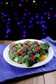 Weihnachtsbaum aus brokkoli auf tisch mit dunklem hintergrund — Stockfoto