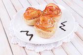Leckere blätterteig mit apfel geformt rosen auf platte auf tabelle nahaufnahme — Stockfoto