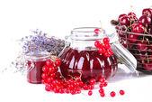 Beeren-marmelade im glas isoliert auf weiss — Stockfoto