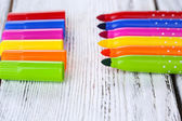 Bright markers on wooden table close-up — Foto Stock