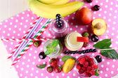 Lahve smoothie lahodné na stole, detail — Stock fotografie