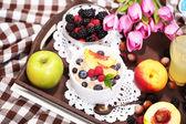 Ovesné vločky v talíř s ovocem na ubrousky na dřevěný tác na špatnou — Stock fotografie
