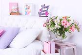 舒适柔软的床上,在房间里 — 图库照片