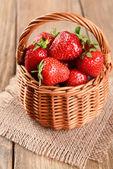 Ripe sweet strawberries in wicker basket — Stock Photo