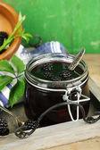 Lecker Blackberry Jam und frischen Beeren — Stockfoto