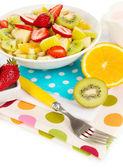 Nützliche obstsalat von frischen früchten und beeren in schüssel isoliert auf weiss — Stockfoto