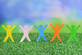 Paper people on green grass, close up — Fotografia Stock