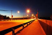 Movimento auto con sfocatura leggera attraverso la città di notte — Foto Stock
