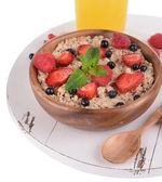 Tasty oatmeal with berries in bowl close-up — Zdjęcie stockowe