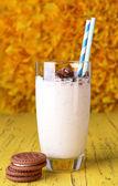 Süt sarı zemin üzerine çikolatalı kurabiye ile kokteyl — Foto de Stock