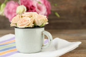 Bouquet of eustoma flowers and creamy roses on wooden background — Stock Photo