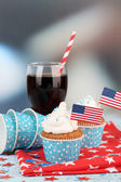 American patriotic holiday cupcakes and glass of cola on wooden table — Stock Photo