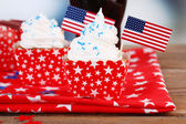 American patriotic holiday cupcakes and glass of cola on wooden table — 图库照片