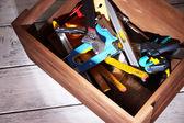 Scatola di legno con diversi strumenti — Foto Stock