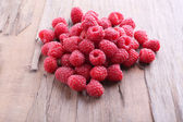 Ripe sweet raspberries on table close-up — Stock Photo