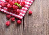 Ripe sweet raspberries on table close-up — Foto Stock