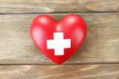 十字の記号と赤いハート — ストック写真