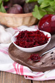 Grated beetroots in bowl on table close-up — Stockfoto