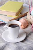 Cup of coffee and yarn — Stockfoto