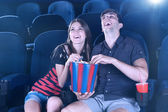 Młoda para oglądania filmu w kinie — Zdjęcie stockowe
