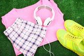 Sportbekleidung mit Schuhen und Kopfhörer — Stockfoto