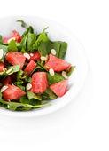 Salat mit wassermelone, zwiebeln, rucola und spinat lässt auf platte, isoliert auf weiss — Stockfoto
