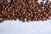 Kaffeebohnen auf farbigem hintergrund holz — Stockfoto