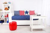 Weiße couch mit multicolor kissen und plaid in moderne wohnzimmer — Stockfoto