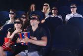 Молодые люди, смотреть фильм в кино — Стоковое фото