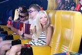 Unga människor ser film på bio — Stockfoto