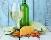 Wine, cheese and crackers — Stock Photo