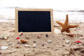 κενό πίνακα κιμωλίας σε φόντο παραλία — 图库照片