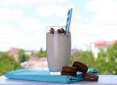 Melk cocktail met chocolade koekjes — Stockfoto