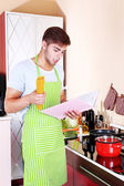 Man cooking in kitchen — Stock Photo