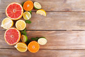 Different sliced juicy citrus fruits — Foto Stock
