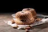Lecker kuchen auf tisch auf schwarzem hintergrund — Stockfoto