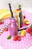 Flaschen leckeren smoothie auf tisch, nahaufnahme — Stockfoto