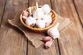 Fresh garlic in basket — Stockfoto