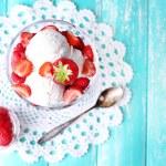 cremoso gelato con lamponi su piastra in ciotola di vetro, il colore di sfondo in legno — Foto Stock #50271093