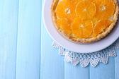 Crostata fatta in casa arancia sulla piastra — Foto Stock
