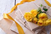 Vecchie lettere e fiori sul primo piano della priorità bassa di legno — Foto Stock