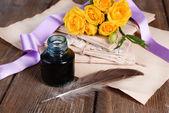 古い手紙と花の木製の背景のクローズ アップ — ストック写真