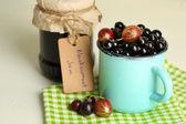 Ripe blackcurrants in mug — Stock Photo