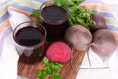Glasses of fresh beet juice and vegetables — Stockfoto