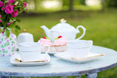 Teacups and tasty cakes — Foto Stock