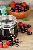 Gustosa marmellata con frutti di bosco — Foto Stock