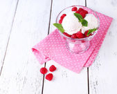 Krämig glass med hallon — Stockfoto