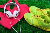 Vêtements de sport, chaussures et casque sur fond d'herbe verte — Photo